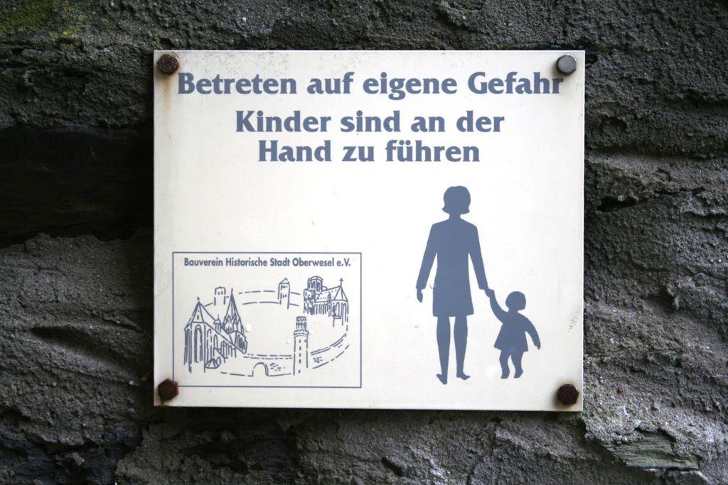 betreten-eigene-gefahr-kinder-an-die-hand