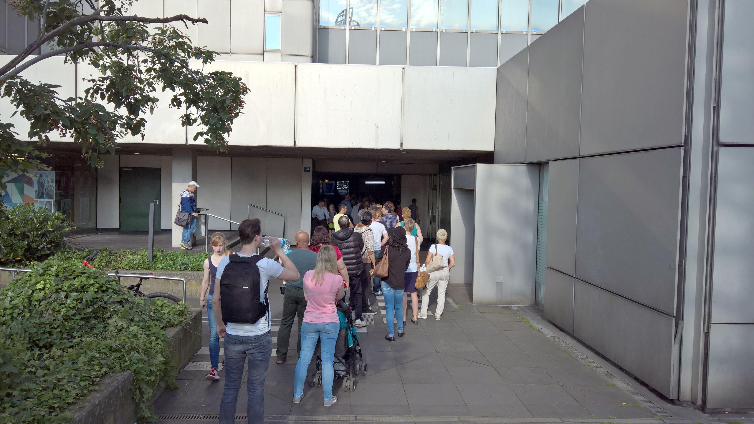 stadt-bonn-warteschlange-stadthaus-buergerdienste